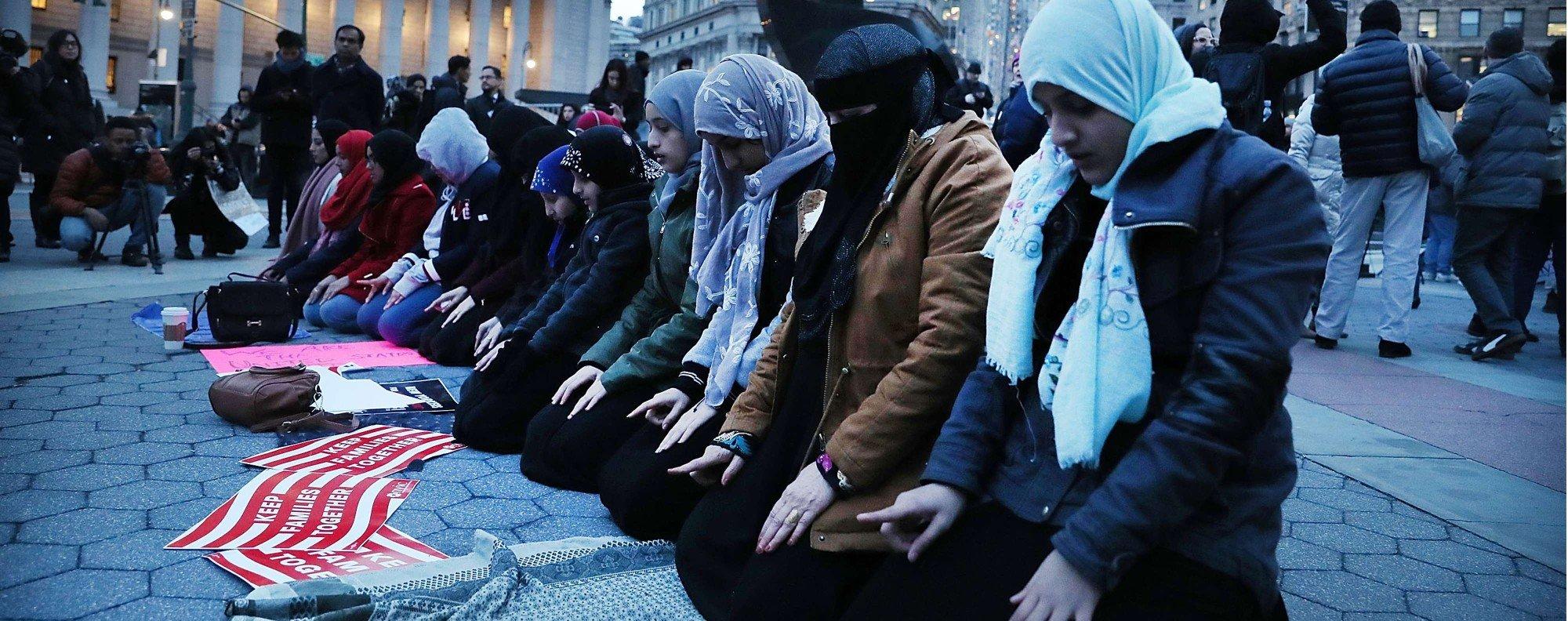 Muslim women pray in Manhattan. Photo: AFP