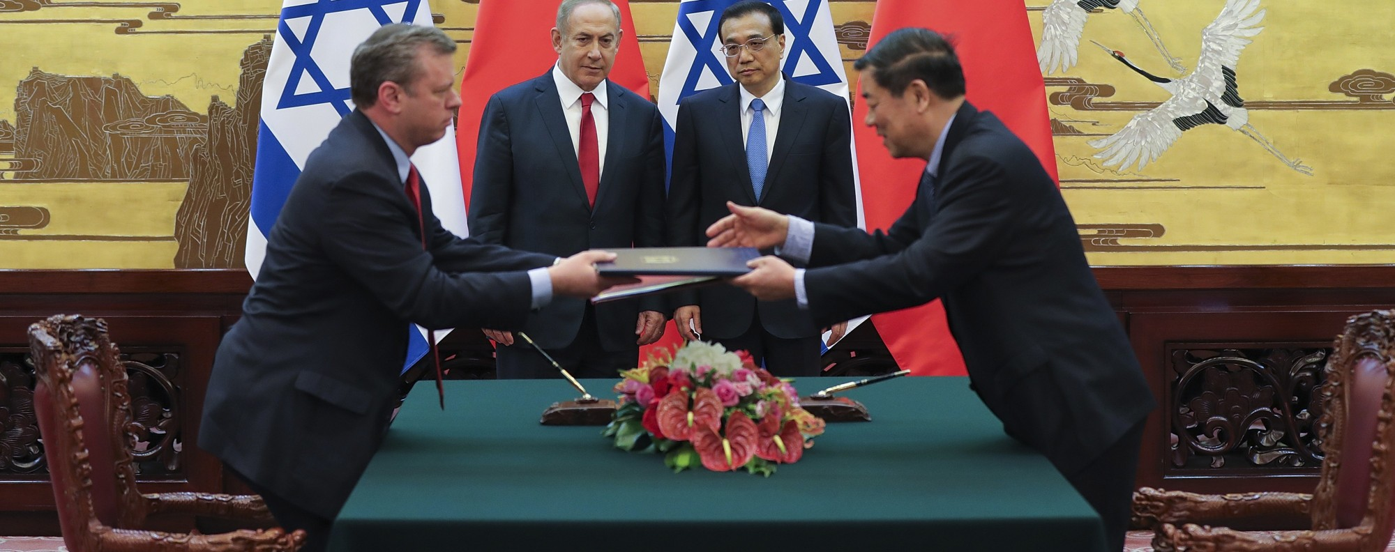 Netanyahu and Li at a signing ceremony in Beijing. Photo: AP