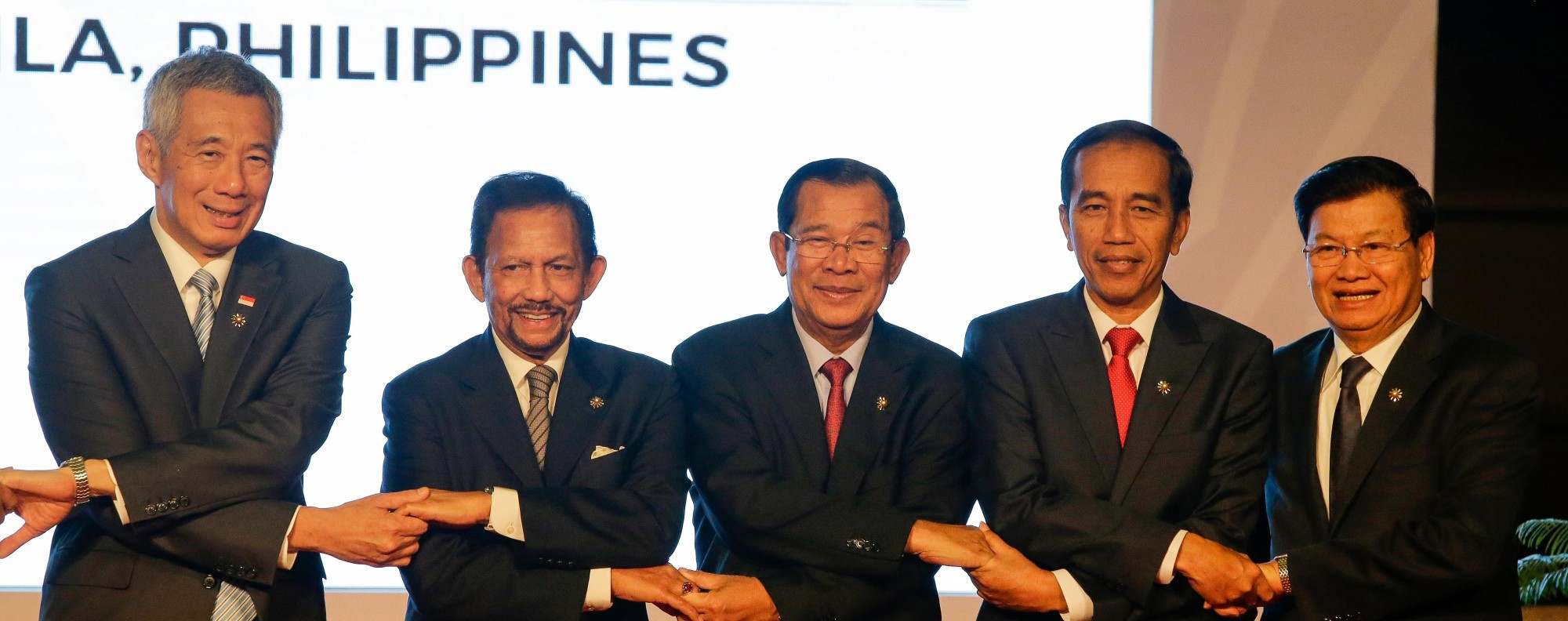 Leaders join hands at the Asean Summit in Manila, Philippines. Photo: EPA
