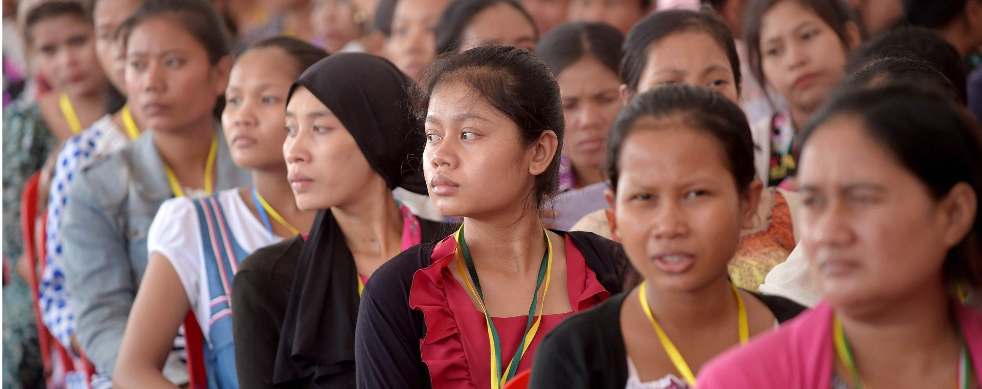 Garment workers listen to Hun Sen. Photo: AFP