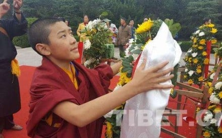 Living Buddha Dezhub Jambai Gaisanggyaco dedicates a khata, a scarf used by Tibetans to show gratitude and hospitality, to the bronze statute of Mao in Shaoshan county. Photo: SCMP Pictures