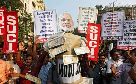 Indian protesters carry an effigy of Prime Minister Narendra Modi during a demonstration against the government's decision to withdraw 500 and 1,000 Indian rupee banknotes from circulation. Photo: Reuters