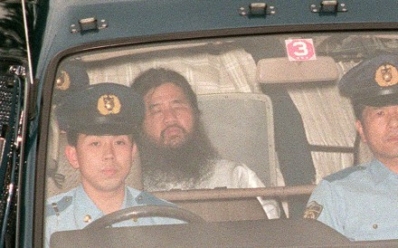 In this file picture taken on July 19, 1995, Shoko Asahara (centre), head of the doomsday cult Aum Shinrikyo, is transferred from Tokyo police headquarters to Tokyo District Court for questioning. Asahara was executed on Friday. Photo: Agence France-Presse
