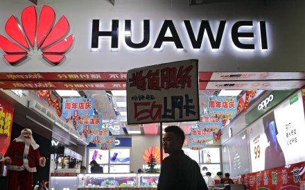 A worker holds a sign promoting a sale for Huawei's 5G internet services at a mobile phone retail shop in Shenzhen in south China's Guangdong province, Tuesday, Dec 18, 2018. Photo: AP