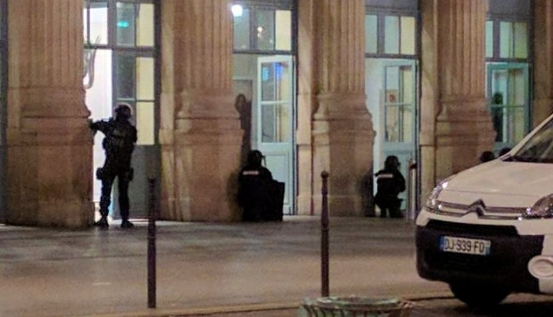 police pour into paris gare du nord train station evacuating passengers amid mysterious. Black Bedroom Furniture Sets. Home Design Ideas