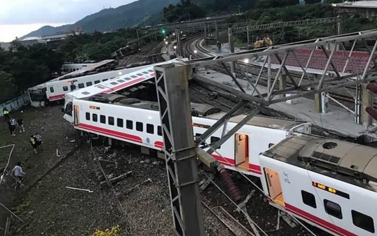 Taiwan Tourist Train Crash Leaves 18 Dead, 168 Injured