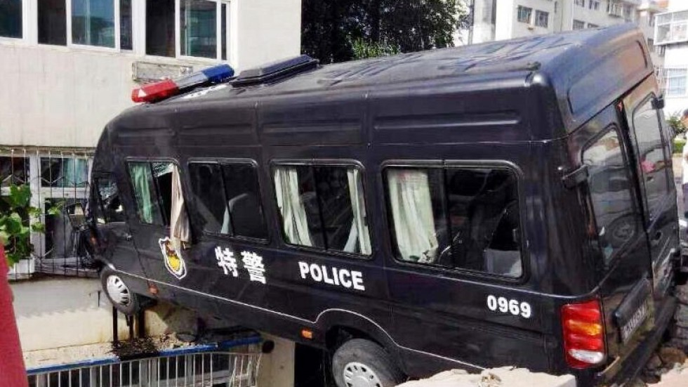 Send in the flying squad! Chinese SWAT car stuck in mid ...