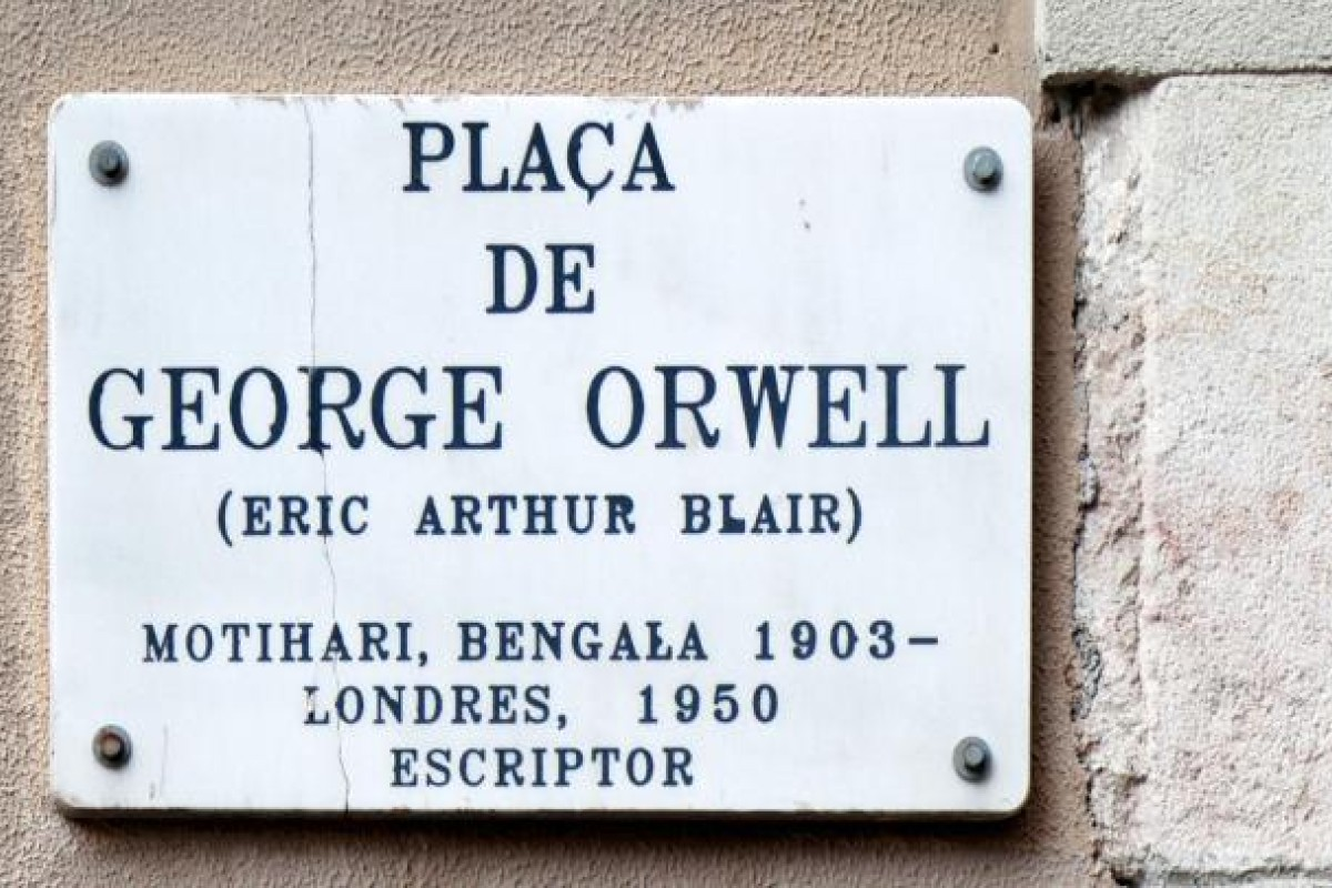 A memorial plaque in Placa de George Orwell.