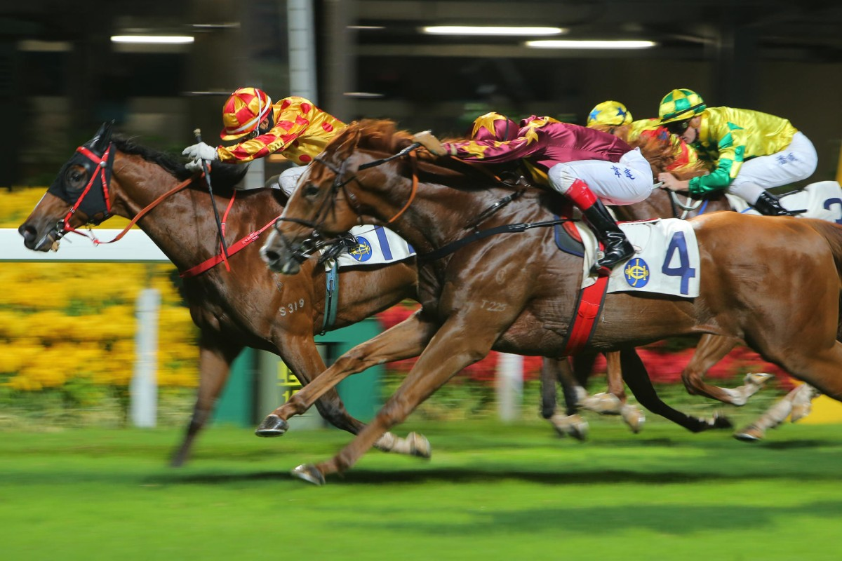 Joy Luck Win (Douglas Whyte) flies home, but just fails to catch Romantic Cash (Derek Leung Ka-chun) at Happy Valley on Wednesday night. Photo: Kenneth Chan