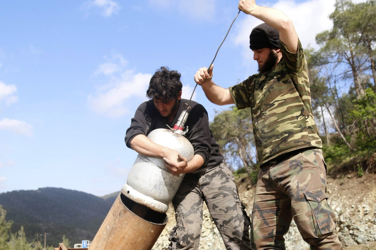 Rebel fighters prepare a locally made weapon before launching towards forces loyal to Syria's President Bashar al-Assad in a rural area outside Latakia in 2014. Photo: Reuters