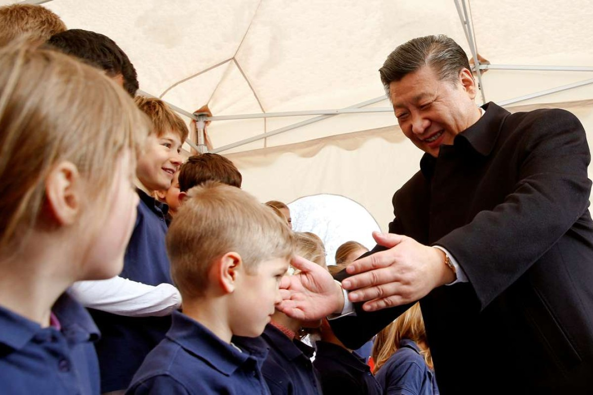Chinese President Xi Jinping thanks members of a children's choir after their performance at a train station in Kehrsatz, Switzerland. Photo: Reuters
