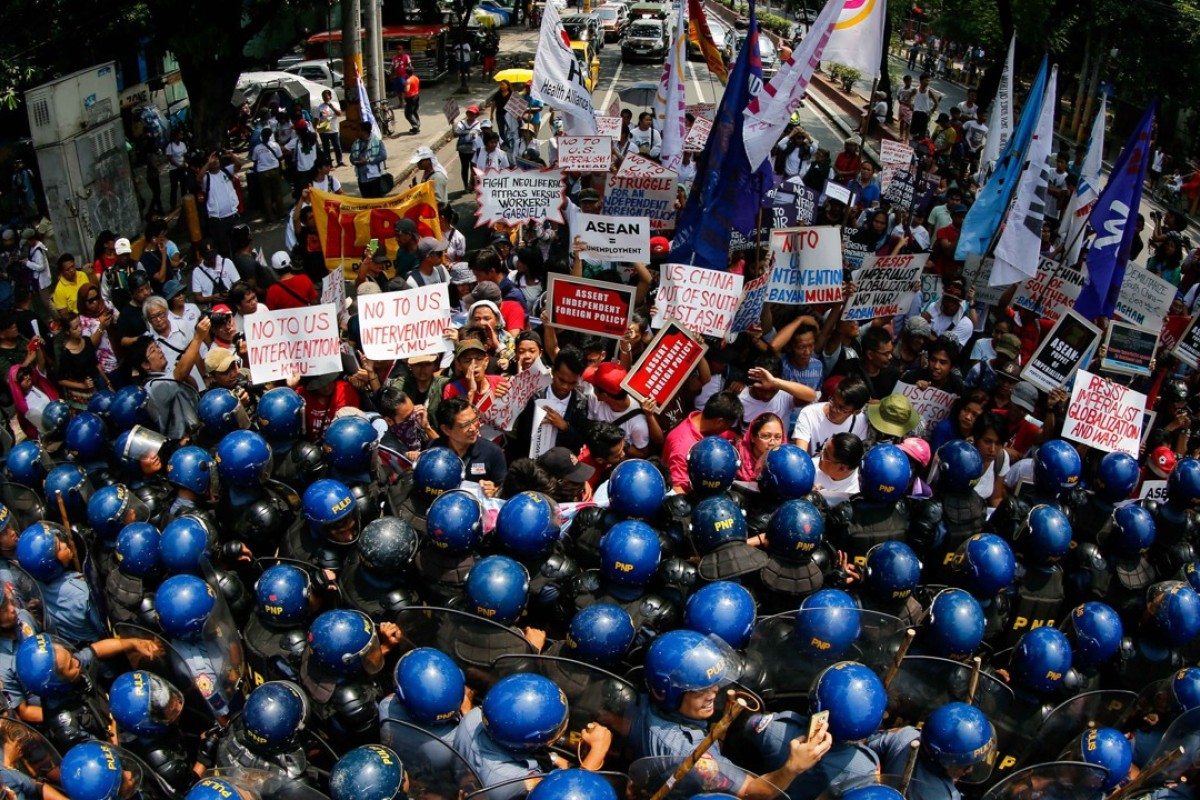 Filipino anti-riot police block protestors marching toward the vicinity of the Association of Southeast Asian Nations Summit in Manila, Philippines. Photo: EPA