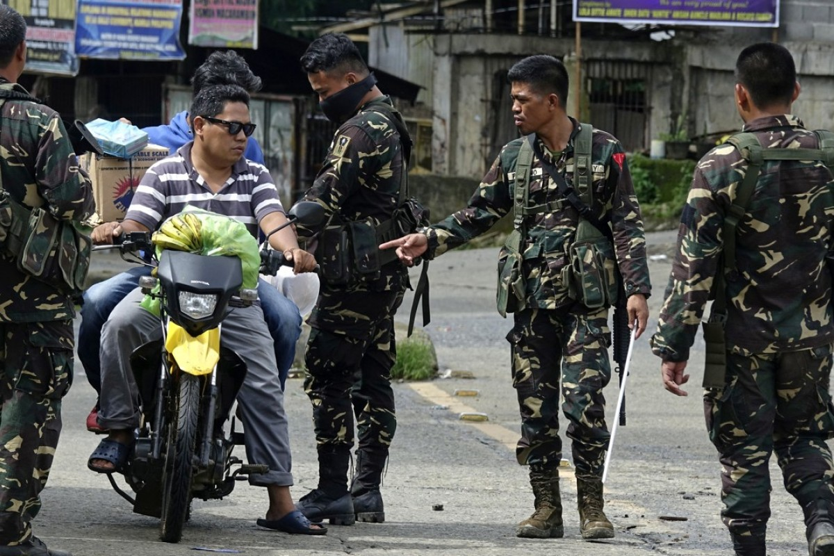 Filipino troops at a checkpoint in Marawi city, Mindanao island, which is already under martial law. Some people speculate Philippine President Rodrigo Duterte will implement martial law nationwide. Photo: EPA