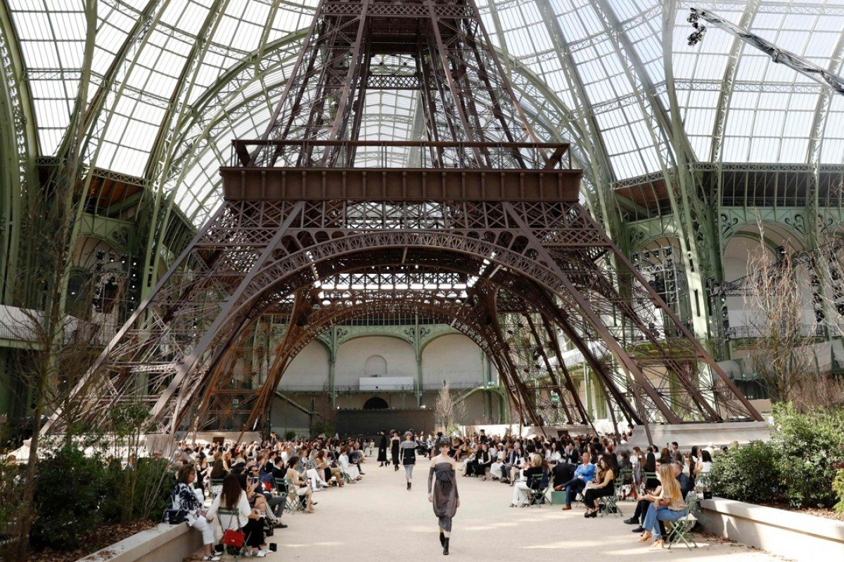 chanel recreates eiffel tower to delight celebrity front row at paris couture show style. Black Bedroom Furniture Sets. Home Design Ideas