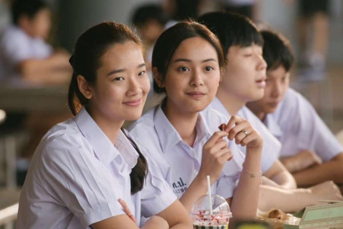 Chutimon Chuengcharoensukying (left) as Lynn and Eisaya Hosuwan as Grace in 'Bad Genius'.