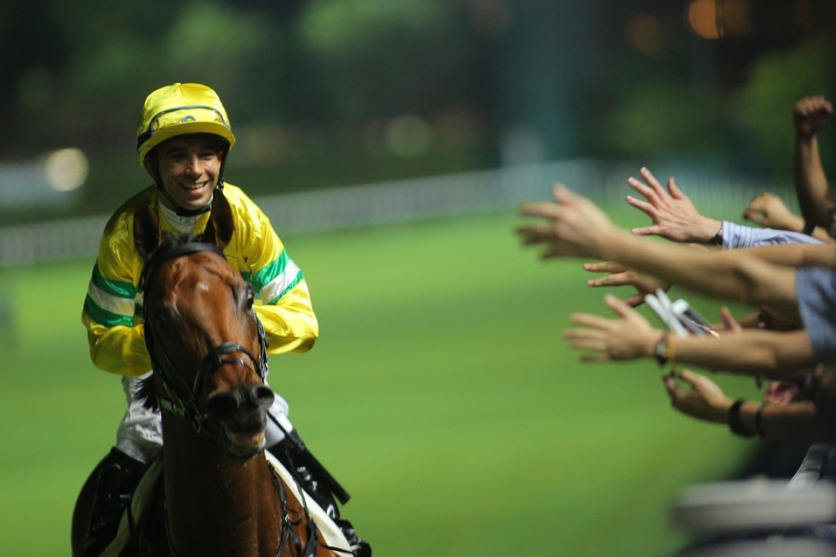 Joao Moreira celebrates Fox Sunter's win with the fans at Happy Valley. Photos: Kenneth Chan