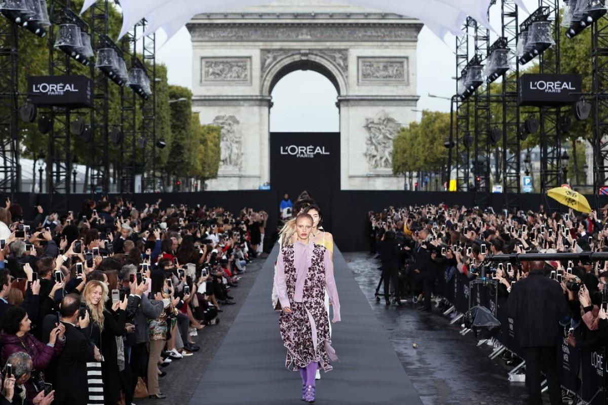 Os modelos apresentam criações em uma passarela gigante na avenida dos Campos Elísios durante um evento público da L'Oreal como parte da Semana da Moda de Paris.  Foto: EPA