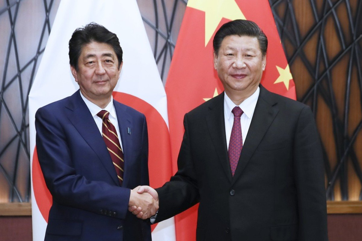 Japanese Prime Minister Shinzo Abe meets Chinese President Xi Jinping in Da Nang. Photo: Xinhua