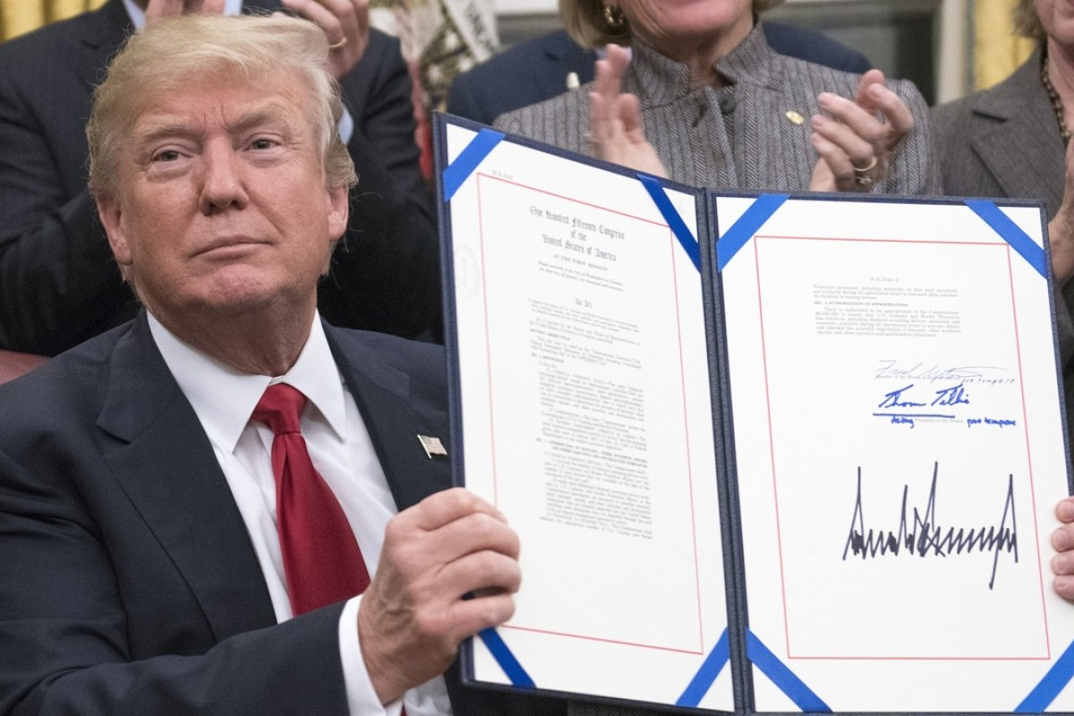 US President Donald Trump signs a bipartisan bill to stop the flow of opioids into the United States. Photo: EPA