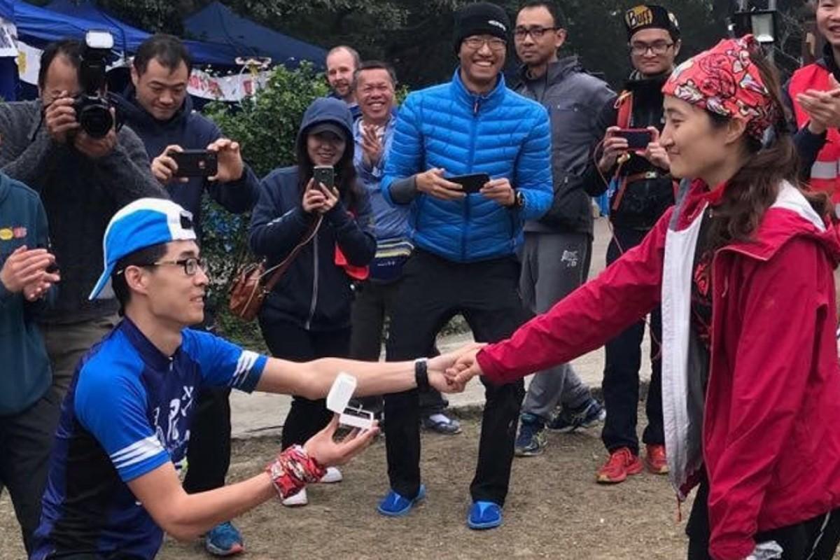 Zhang Linheng proposes to Wu Shasha on the finish line of the HK100. Photos: Vibram HK100
