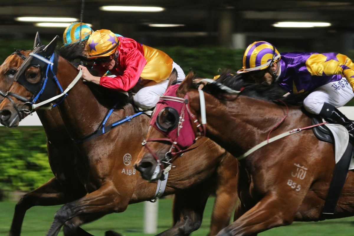 Zac Purton and Cheerfuljet (middle) edge out Joao Moreira and Storm Signal (right). Photos: Kenneth Chan
