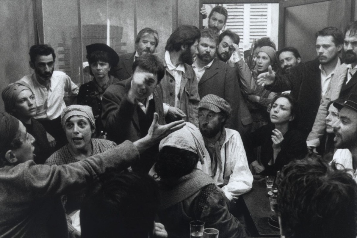A still from the 2000 film La Commune (Paris, 1871), directed by Peter Watkins.