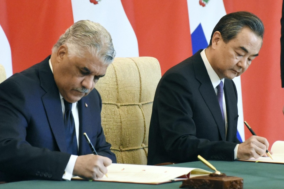 Dominican Republic Foreign Minister Miguel Vargas and his Chinese counterpart Wang Yi in Beijing. Photo: Kyodo