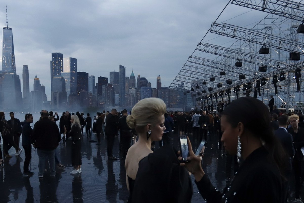 Fashionistas take mobile phone photos of New York's skyline before the Yves Saint Laurent menswear spring/summer 2019 collection runway show in Liberty State Park in New Jersey, in the United States, on June 6. Photo: EPA-EFE
