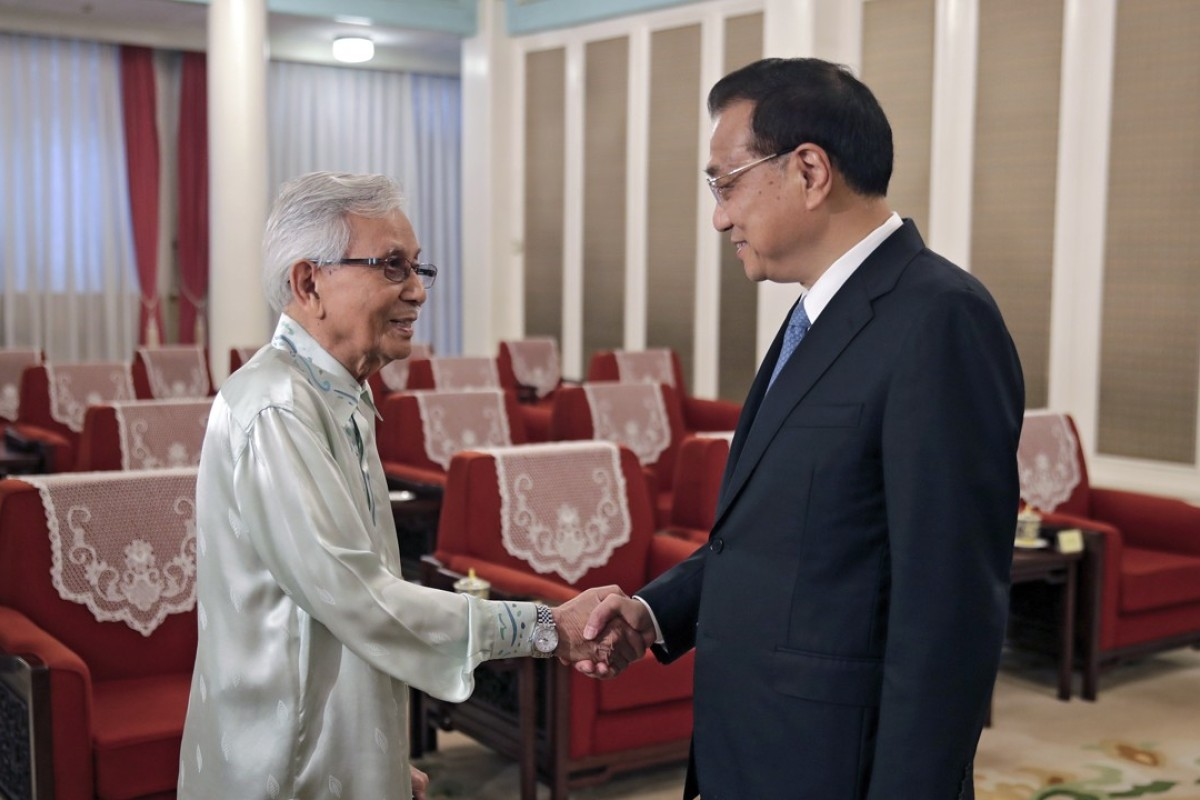 Council of Eminent Persons chairman Daim Zainuddin with Chinese Premier Li Keqiang in Beijing. Photo: EPA