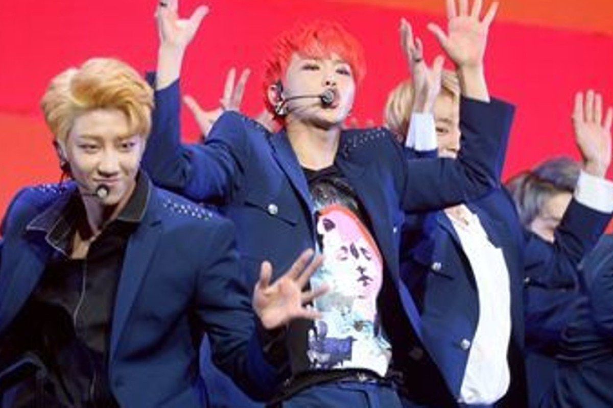 Hoshi of Seventeen (centre) dislocated his shoulder while dancing during the group's concert but still managed to return to the stage before the end of the concert. Photo: Korea Times