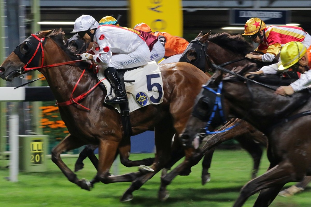 Grant van Niekerk drives home outsider Looking Good to a surprise win at Happy Valley on Wednesday night. Photos: Kenneth Chan